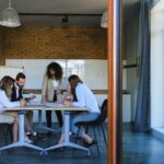 Réunion - personnes autour d'une table - professionnel - culture d'entreprise - recherche de nouveaux talents - attirer des candidats