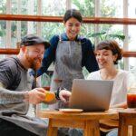 Réunion - activité - business - 3 personnes qui discutent autour d'un café, réunion professionnelle - Travail en équipe pour développer la marque employeur