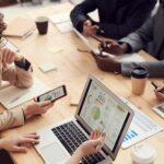 Réunion entre professionnels - Travail collaboratif sur ordinateur entre 5 personnes