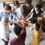 Adultes en rond - collaboration, travail d'équipe - travail collaboratif - Management interculturel avec différentes nationalités