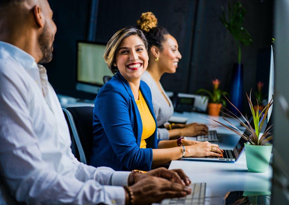 Personnes dans le milieu professionnel qui peint - personal branding et réseautage, nouer des liens professionnels pour attirer les recruteurs