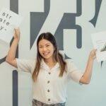 Femme heureuse travail - Développer son personal branding pour attirer des recruteurs