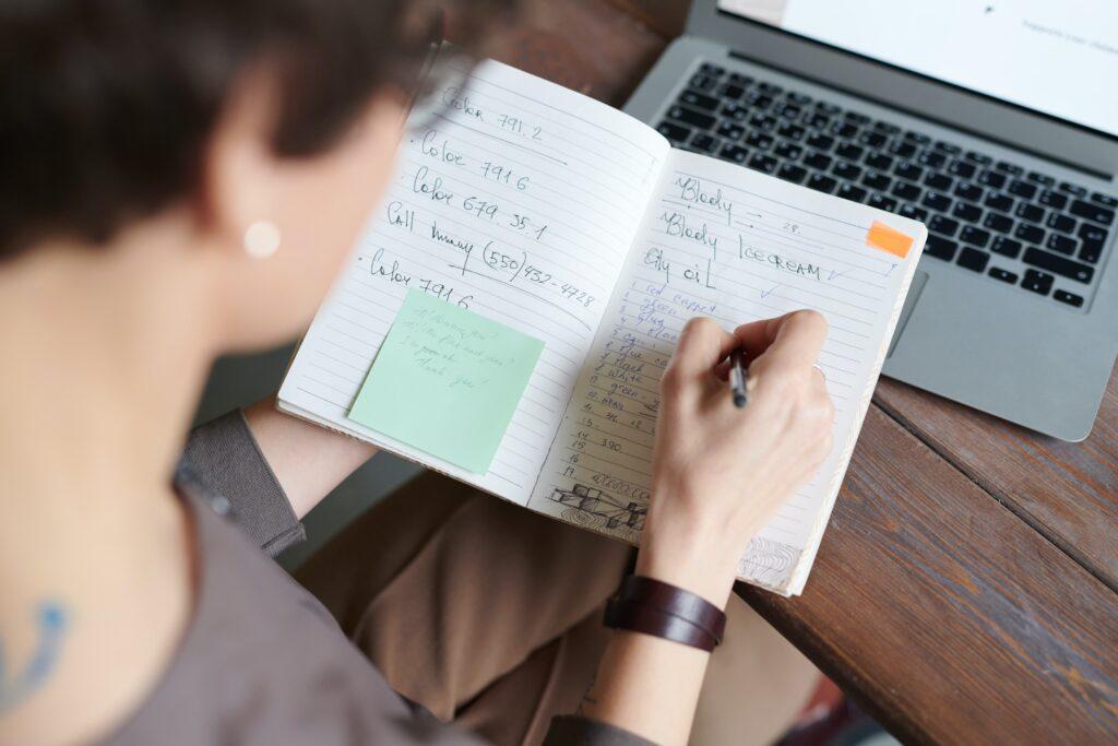 Liste des choses à faire - personnes écrivant les étapes d'un entretien de recrutement