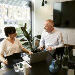 Image entretien bilan professionnel - 2 personnes en discussion professionelle