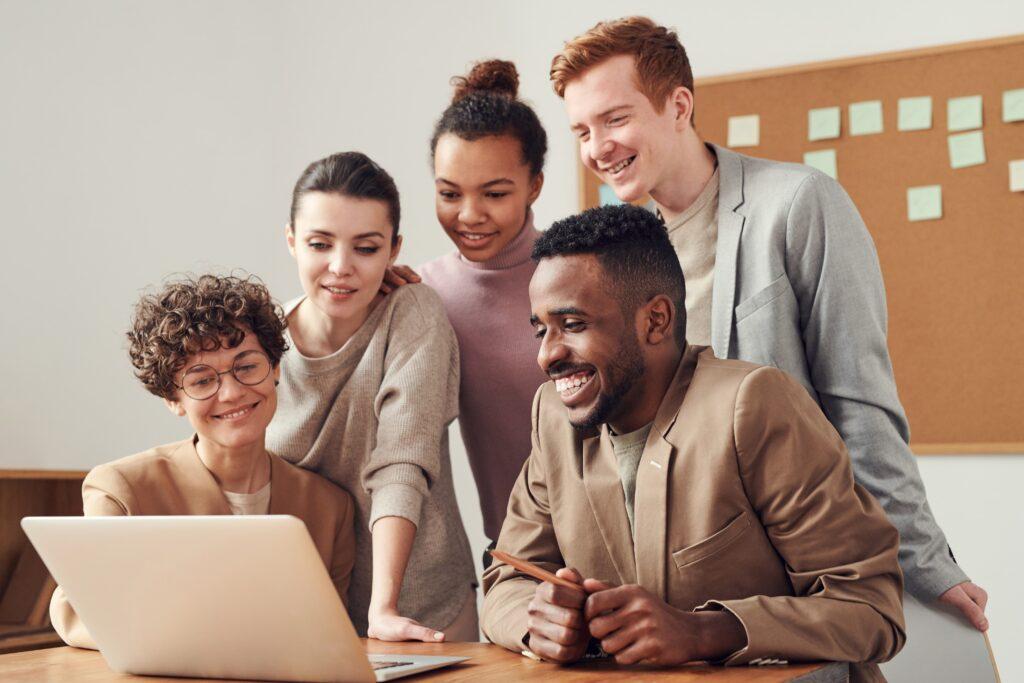Happiness manager - génération Z n'a plus les mêmes attentes - Réunion avec environnement de travail flexible - Groupe de personnes travaillant